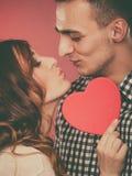 Любящие пары целуя за красным сердцем Любовь стоковая фотография rf