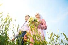 Любящие пары Malay в природе Усмехаясь молодой исламский портрет пар на поле Стоковое Изображение RF