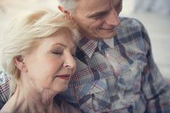 Любящие пенсионеры находясь в объятии Стоковая Фотография RF
