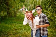 Любящие подростки пар едят конфету хлопка Стоковые Фото