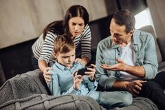 Любящие родители убеждая, что сын положил вниз с телефона Стоковая Фотография