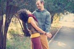 Любящие танцы пар в парке Стоковые Изображения RF