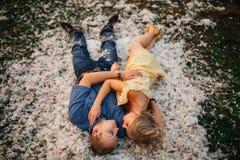 Любящие человек и женщина пар лежат на валиках внутри Стоковое фото RF