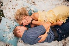 Любящие человек и женщина пар лежат на валиках в пер Стоковая Фотография RF