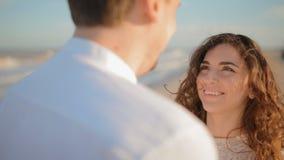 Любящий взгляд пар на каждых других наблюдает сток-видео