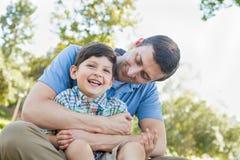 Любящий молодой отец щекоча сына в парке стоковое изображение rf