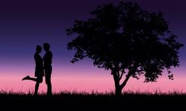 Любящий молодой человек и женщина обнимая на траве на дереве под roma иллюстрация штока