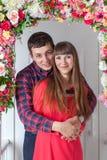 Любящий обнимать пар, сидя на крылечке, флористический состав Провансаль, стоковое изображение