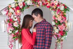 Любящий обнимать пар, сидя на крылечке, флористический состав Провансаль, стоковые изображения