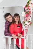 Любящий обнимать пар, сидя на крылечке, флористический состав Провансаль, стоковое изображение rf