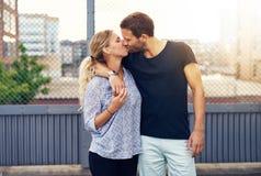 Любящий доказательный человек целуя его подругу Стоковая Фотография RF