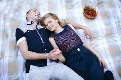 Любящий парень и девушка лежа на шотландке Стоковое фото RF