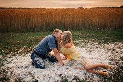 Любящий поцелуй человека и женщины пар на валиках внутри Стоковые Изображения