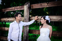 Любящий супруг и жена в деревне на свадьбе Стоковые Фотографии RF