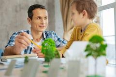 Любящий сын быть заинтересованный в его проекте архитектора отцов Стоковая Фотография RF