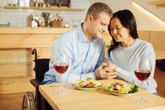 Любящий человек и женщина держа руки Стоковое фото RF