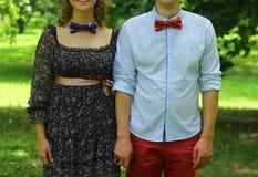 Любящий человек и женщина пар держа один другого рукой Стоковые Изображения RF
