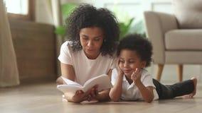 Любя африканская книга чтения матери к умному милому сыну ребенк видеоматериал