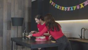 Любя дочери делая сюрприз на дне рождения мамы сток-видео
