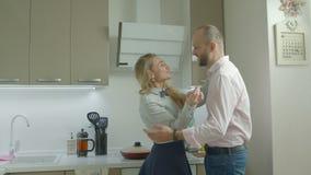 Любя жена человека удивительная с завтраком утра сток-видео