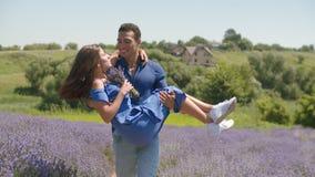 Любя женщина нося человека очаровывая в сельском поле сток-видео