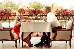 Любя заботя жена давая ее супруга для того чтобы пробовать ее yummy салат стоковые изображения rf