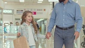 Любя отец идя на торговый центр с его прелестной маленькой дочерью сток-видео