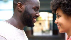 Любя пары смотря один другого, романтичную дату в городе, чувствуя привязанность стоковые изображения rf