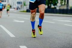 Люди бегуна ног в рукавах икры обжатия Стоковые Изображения RF