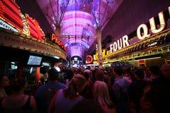 Люди вдоль толпить области Лас-Вегас улицы Fremont стоковое фото