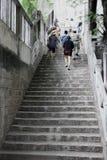 Люди взбираются старые лестницы стоковая фотография rf