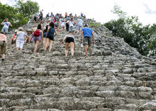 Люди взбираясь вверх спуск пирамида Nohoch Mul в Coba губит Стоковые Изображения RF