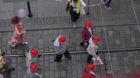 Люди взгляда сверху парада пожилого гражданина неузнаваемые в шляпах сток-видео