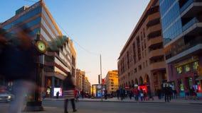 Люди видео промежутка времени идя и двигая автомобили на заднем плане городского пейзажа с голубым небом и красивый видеоматериал