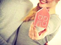 Люди вместе с моделью дома Стоковые Изображения RF