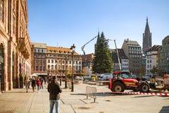 Люди восхищая установку рождественской елки страсбурга стоковая фотография