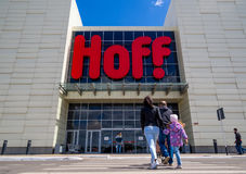 Люди вписывают ` Hoff ` магазина в ` выпускника ` SEC Стоковые Фотографии RF
