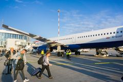 Люди всходя на борт самолета стоковое изображение rf