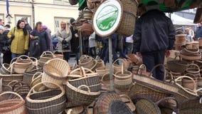 Люди выбирают рынок Casimir плетеных handmade корзин весной справедливый steadicam видеоматериал