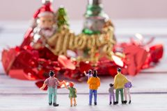 Люди вычисляют положение на поле с запачканным deco рождества Стоковое фото RF