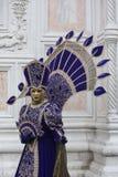 Люди в венецианском костюме масленицы в красочном костюме коричневых, пурпура и золота масленицы и маске Венеции Стоковая Фотография RF