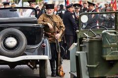 Люди в военной форме в честь праздника дня победы Стоковые Изображения