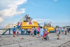 Люди в воинском историческом парке в Kronstadt Взгляд собора Андрюа апостола Россия Стоковая Фотография RF