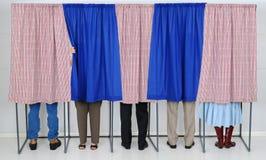 Люди в голосуя будочках Стоковое Изображение RF