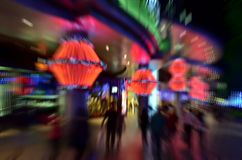 Люди в городе на ноче   Стоковое Изображение RF