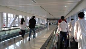 Люди в двигая соединении тротуара станция метро Burj Khalifa и торговый центр Дубай в Дубай, Объениненных Арабских Эмиратах акции видеоматериалы