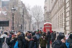 Люди в заволакивании Лондона от снега стоковые изображения rf