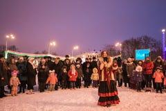Люди в квадрате Ленина празднуют рождественские гимны рождества Gomel, стоковые фото