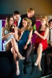Люди в коктеилах клуба или адвокатского сословия выпивая стоковое изображение rf