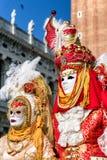Люди в костюмах на масленице 2018 Венеции, Италия Стоковая Фотография